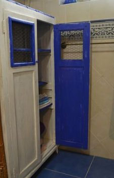 Mueble azul en el baño