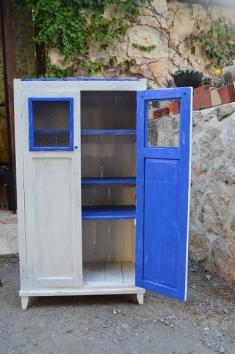 Mueble azul decapado