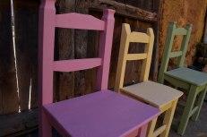 sillas de colores con pintura de tiza